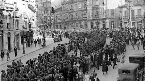 La Legión Cóndor desfilando por la calles Urzáiz y Colón