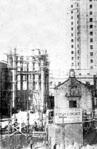 Obras en San José Obrero con la antigua capilla de San Honorado aún y detrás el nuevo hospital. Fotografía Faro de Vigo