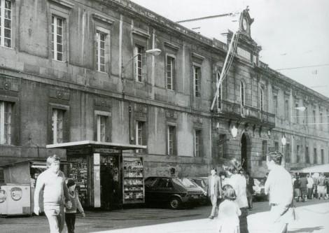 La calle del Príncipe en los 80 con el antiguo palacio de justicia. Fotografía Guillermo Cameselle.