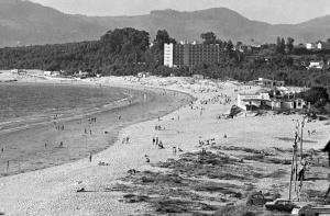 El hotel Samil recién construido con la playa aún no alterada.