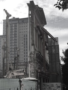 Antiguo edificio de la Metalúrgica apuntalado para las obras de la nueva Tesorería del Sergas. Fotografía Eduardo Galovart