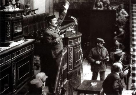 El teniente coronel Antonio Tejero amenazando a los diputados en el congreso.