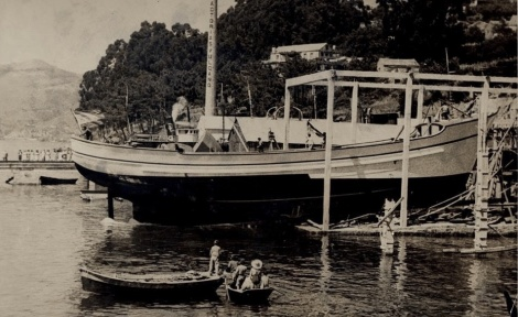 Antigua foto de un barco varado en Vulcano