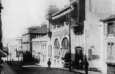 En junio del año 1906 el Faro de Vigo anunciaba el traslado del Colón a un nuevo edificio de Velázquez Moreno. Pasaba a llamarse Gran Café Colón. Hoy en día el edificio está ocupado por La Casa del Libro y antiguamente fue Almacenes el Pilar.